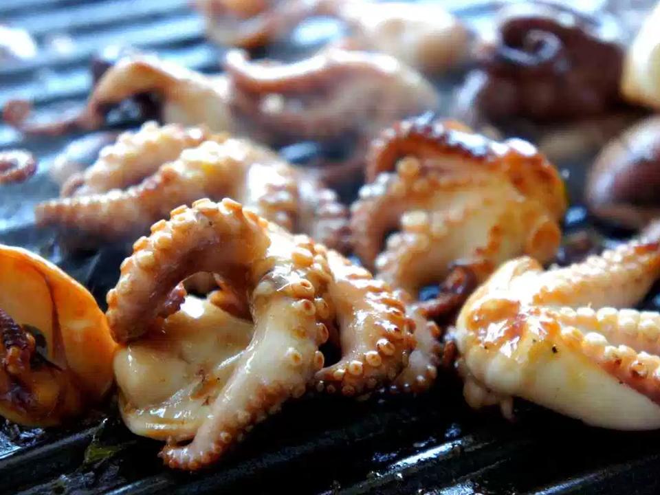Мини осьминоги на гриле с розмарином. Рецепт