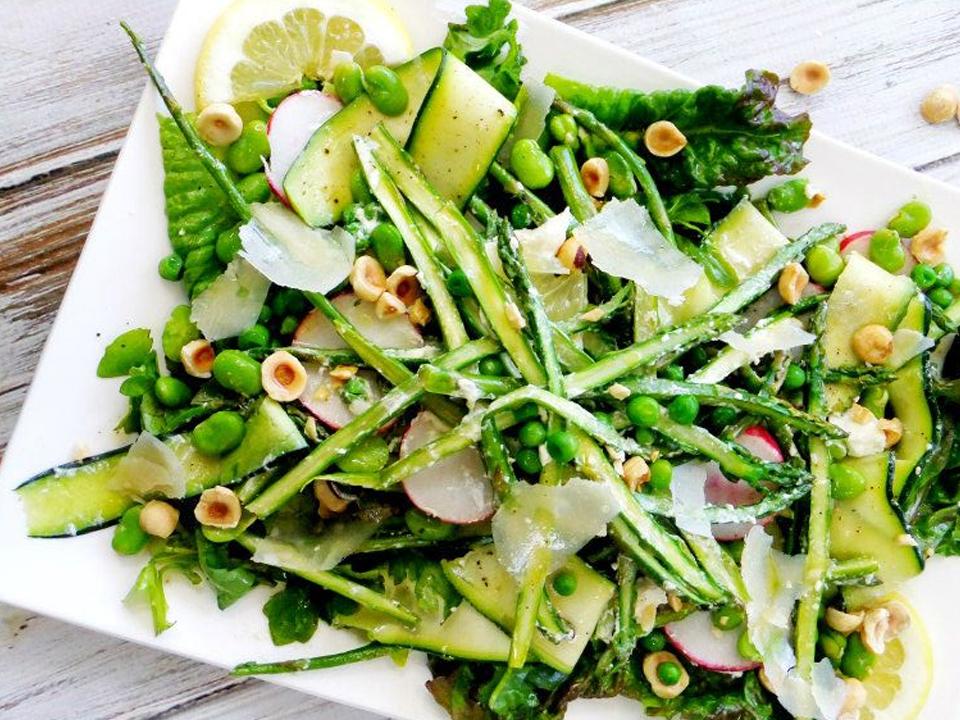 Весенний салат со спаржей и лесными орехами
