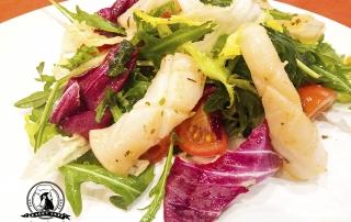 Салат с кальмарами и рукколой